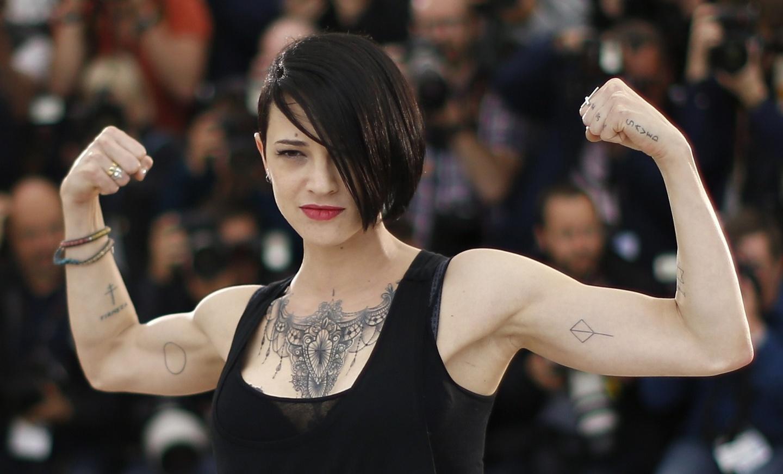 Argento contro Tarantino, qui Asia molto palestrata, con capelli emo, fa il gesto dell'energumeno