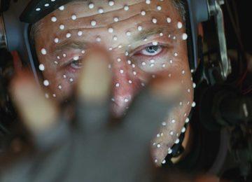 Andy Serkis, agghindato dell'attrezzatura per la motion capture, mentre interpreta Snoke.