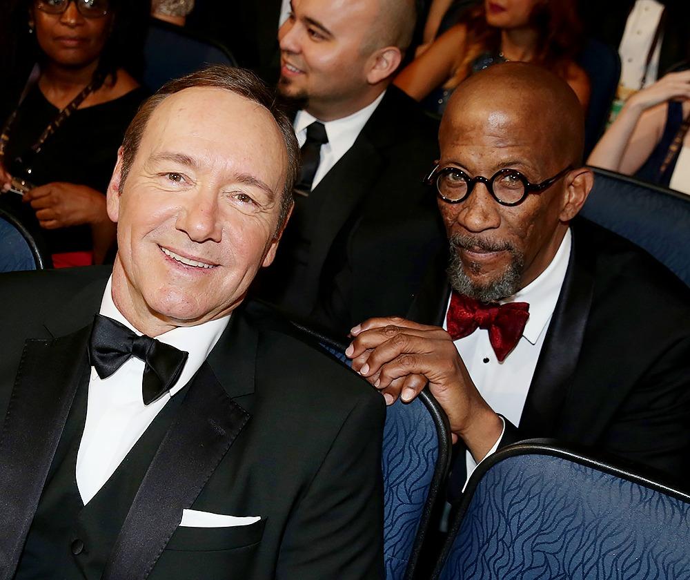 Reg E. Cathey e Kevin Spacey, seduti in platea fanno una foto assieme