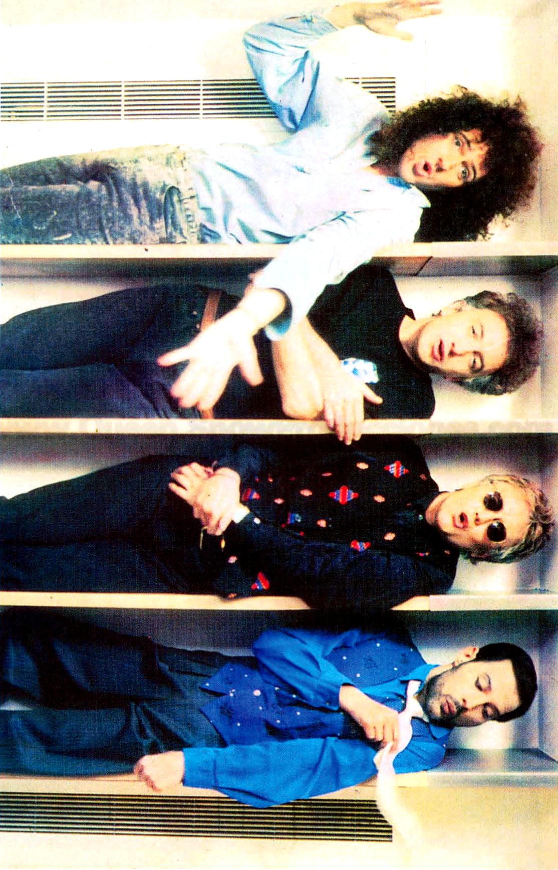Innuendo ha come traccia Headlong, qui la foto promozionale, coi membri del gruppo messi in uno scaffale.