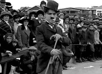 Chaplin nella sua prima apparizione cinematografica, in Charlot Ingombrante