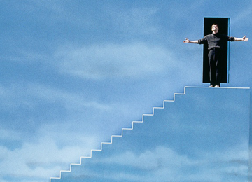 Jim Carrey in The Truman Show, fa l'inchino in cima alla scalinata azzurra prima di abbandonare il set.