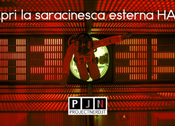 Il protagonista di 2001 Odissea nello Spazio inquadrato al centro di una sala comandi rossa, fluttuante senza gravità