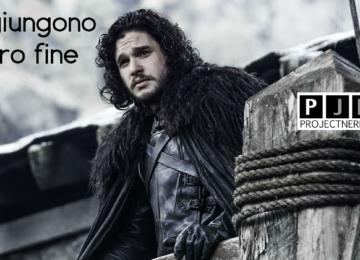 John Snow, protagonista di Game of Thrones, guarda l'orizzonte da un trespolo