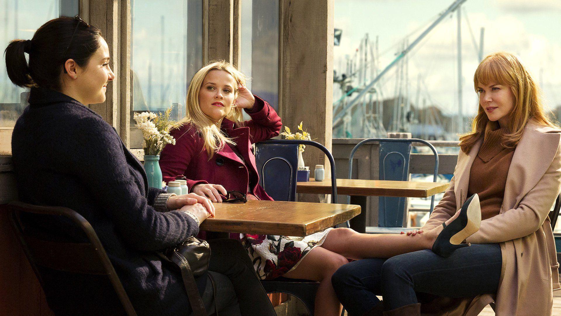 Il cast della prima stagione di Big Little Lies, sedute al tavolo di un bar, all'esterno