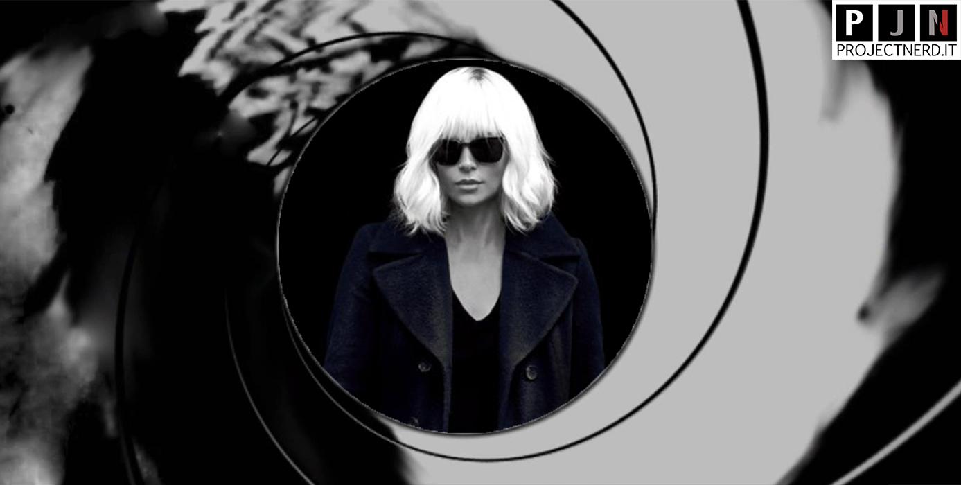 Charlize Theron inquadrata dalla canna di pistola di 007