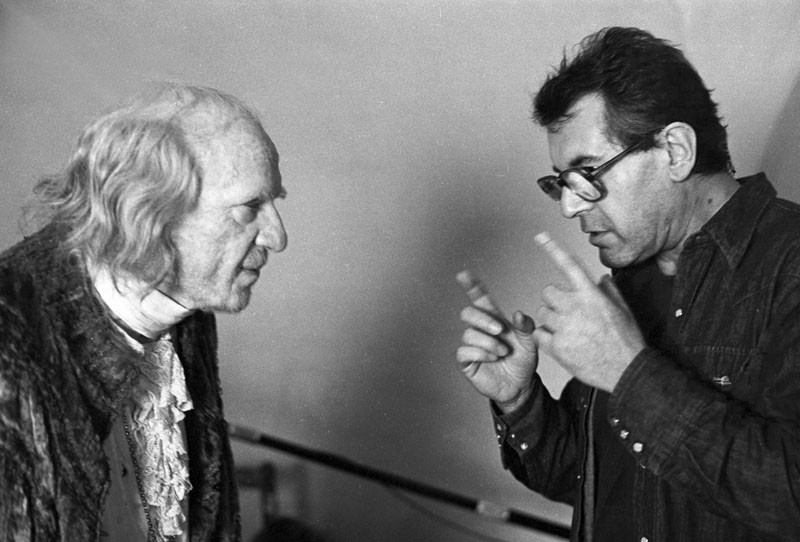 Milos Forman dirige F. Murray Abraham sul set di Amadeus