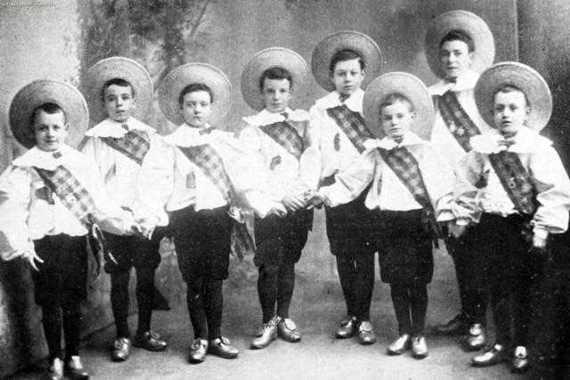 Charlie Chaplin, secondo da sinistra, all'età di dieci anni, negli Eight Lancashire Lads
