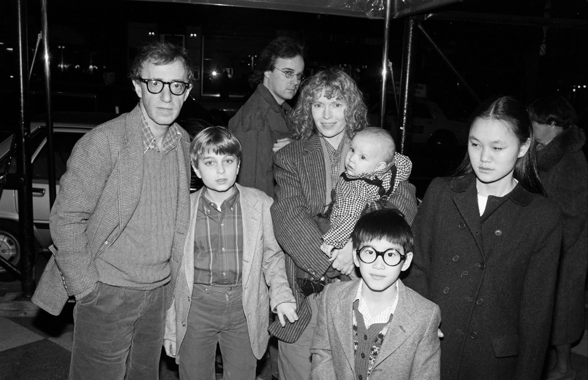 La famiglia mista di figli biologici e adottivi costruita da Woody Allen e Mia Farrow